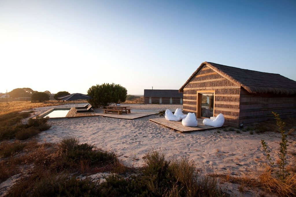 Arena bajo los pies descalzos: Casas na Areia